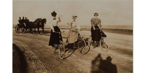 ladies riding harlem river speedway nypl.510d47dd-3f75-a3d9-e040-e00a18064a99.001.w